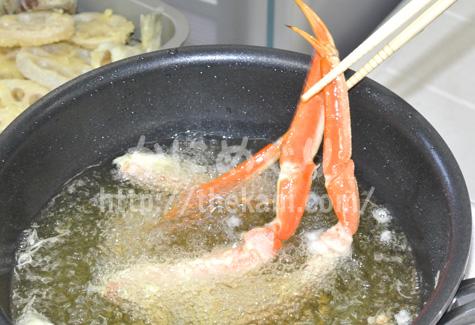 ズワイガニの天ぷらを調理中
