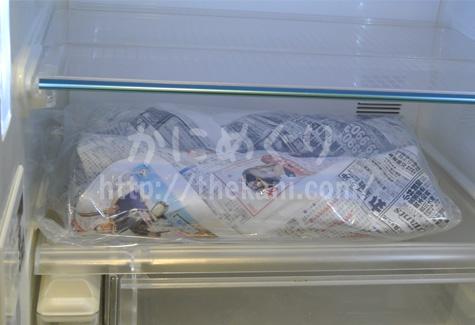 冷蔵庫で解凍しているカニ
