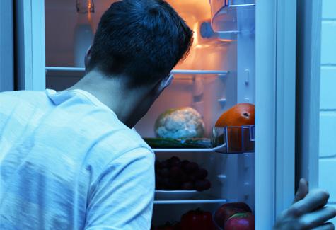 冷蔵庫をのぞく男性