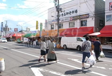 札幌の場外一場で買い物をするお客さん