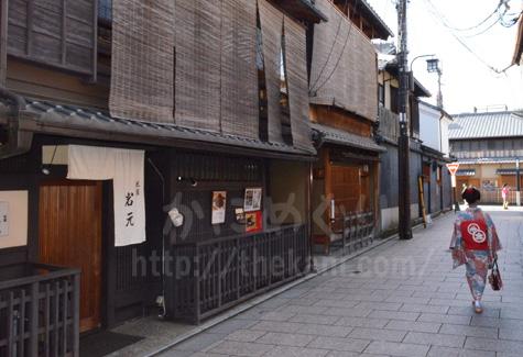 舞妓さんが通る京都祇園の街並み