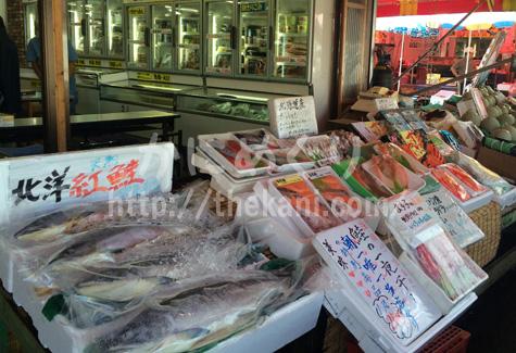 函館朝市のカニを含む海産物