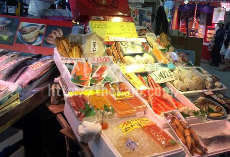 函館朝市の建物内の店に陳列されているカニを含む海産物